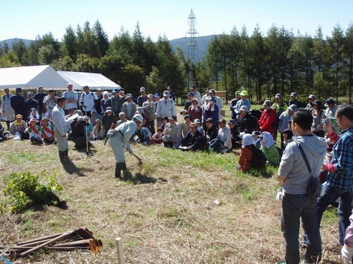 平成24年度 環境リレーションズ研究所 植樹の説明