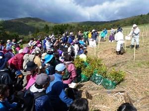 平成25年度 環境リレーションズ研究所 植樹 舘野植樹説明
